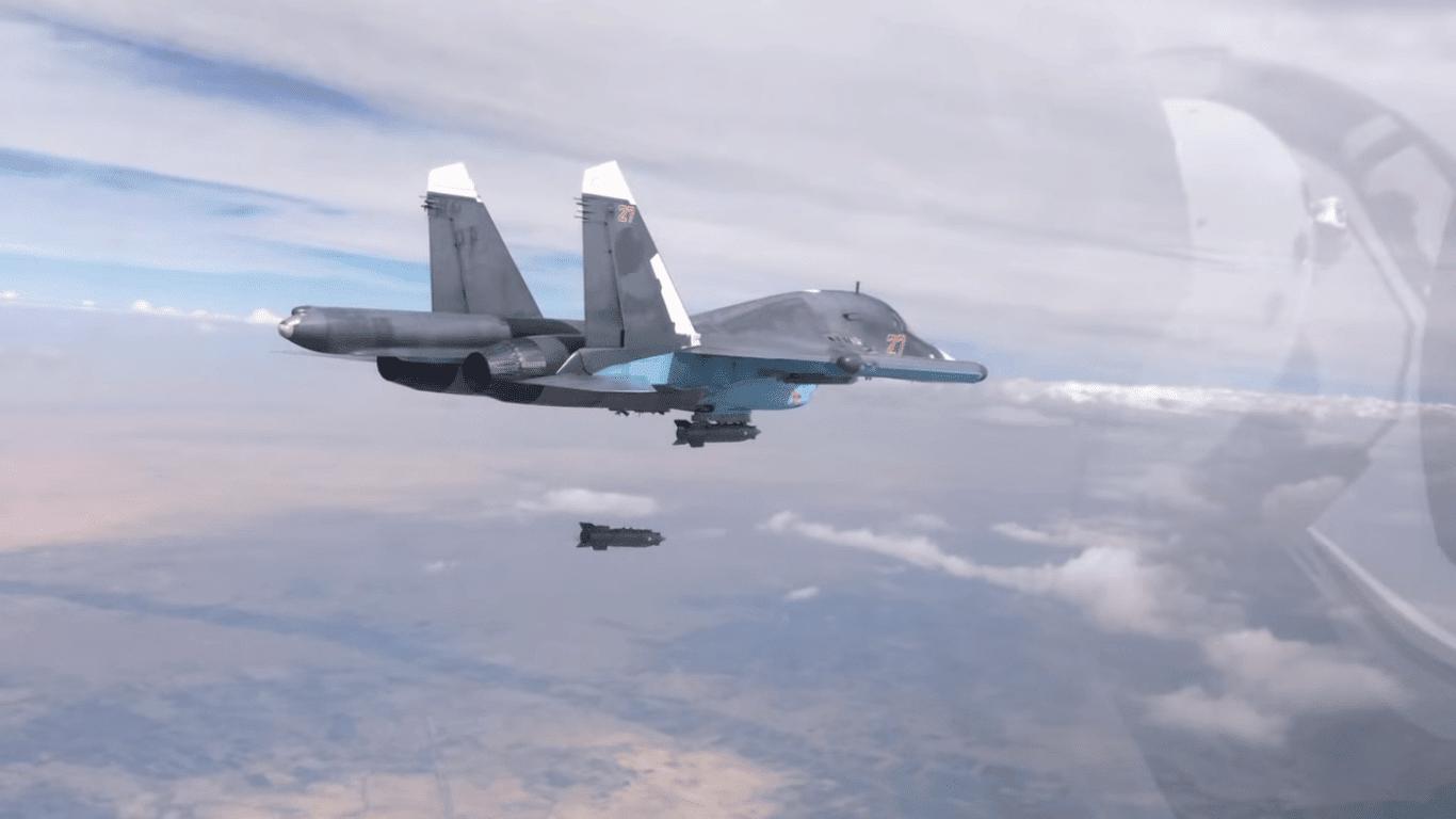 מטוס סוחוי Su-34 מפציץ עמדות המדינה האסלאמית במחוז א-רקה