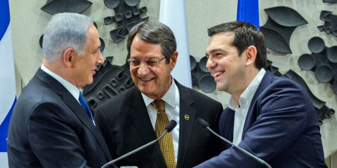 Prime Minister Benjamin Netanyahu (L) shake hands with President of Cyprus, Nicos Anastasiades (C) and Greece Prime minister Alexis Tsipras during a press conference at the Presidential Palace in Nicosia, Cyprus on Janaury 28, 2016. Photo by Haim Zach/GPO *** Local Caption *** øàù äîîùìä áðéîéï ðúðéäå ðôâù òí ðùéà ÷ôøéñéï ðé÷åñ àðñèñéàãéñ åøàù äîîùìä ùì éååï àìëñéñ öéôøàñ á÷ôøéñéï